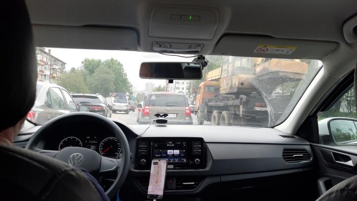 Горожане жалуются на пробки в городе из-за перекрытия Троицкого к юбилею «Дервиша»