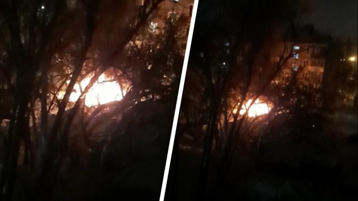 Ночью во дворе жилого дома на Учительской сгорел автомобиль