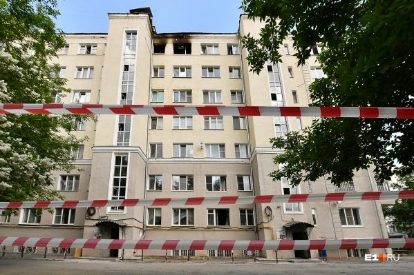 """Дом на Шейнкмана, 19 был построен еще в <nobr class=""""_"""">1930-х</nobr> годах, поэтому огонь распространялся очень быстро"""