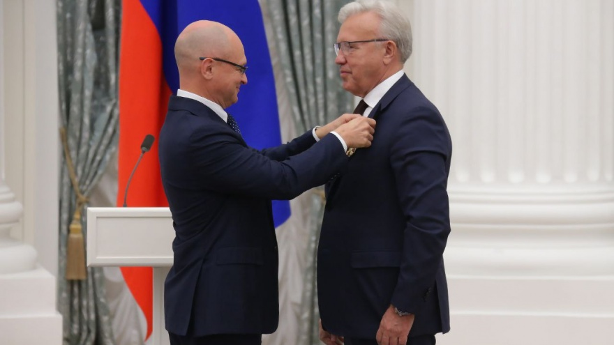 Красноярскому губернатору Уссу вручили орден Александра Невского. Награда 1,5 года ждала своего героя