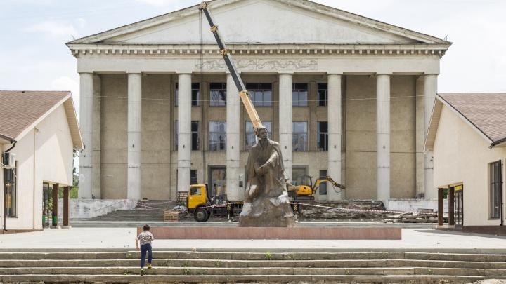 «Вернем первоначальный вид»: с крыльца Дворца культуры в Волгограде сбивают советский гранит