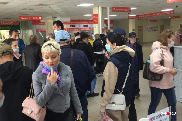 Люди с утра стоят в очередях, пытаясь получить услуги в челябинских МФЦ