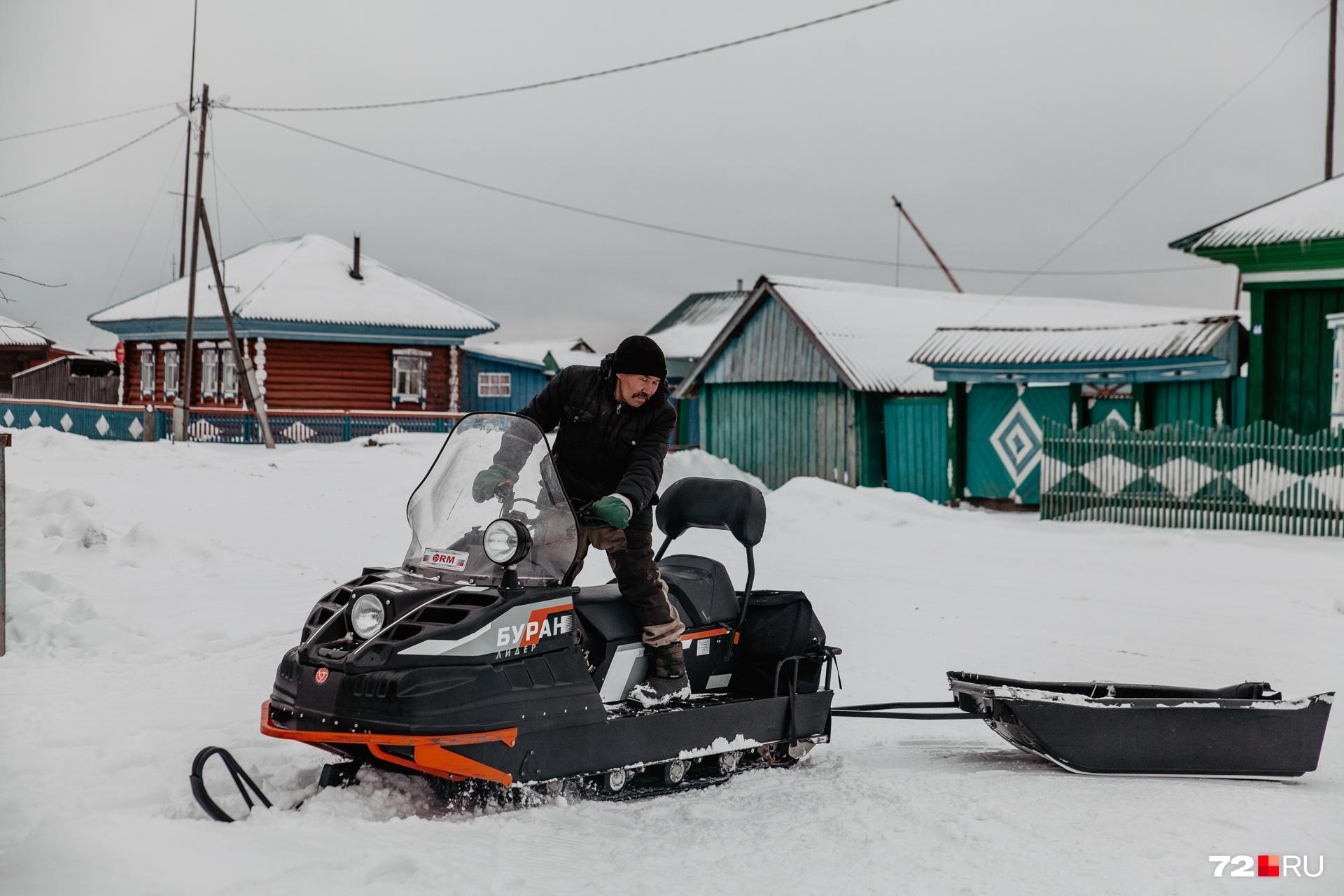 Рябиков ездит на тракторе и «Буране». Последний транспорт несколько лет назад ему подарил брат<br>