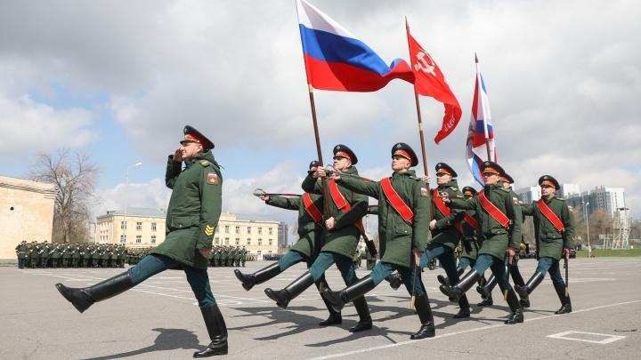 Настоящий Богатырь, бунчук и девушки: показываем, как репетируют парад Победы в Волгограде