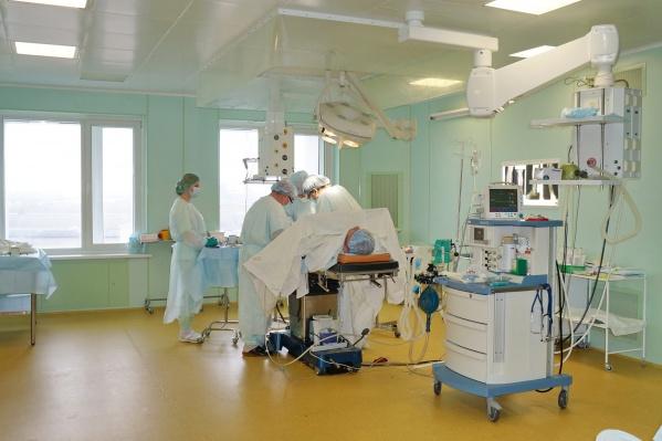 В областной больнице сегодня 10 стационарных хирургических отделений. Здесь проводятся сложные операции больных с патологией сосудов сердца, головного мозга, периферических сосудов