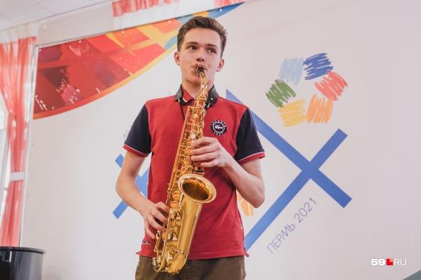 Саксофонисты соревновались в аудиториях Пермского музколеджа. Один из них, Борис Карякин, приехал из Красноярска