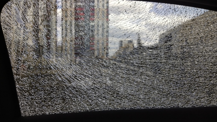 «Пассажир был в шоке»: автомобиль екатеринбуржца обстреляли на выезде из Первоуральска
