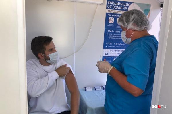 Сделать прививку от коронавируса можно в поликлиниках и других медицинских учреждениях, включая частные клиники. А также в мобильных пунктах