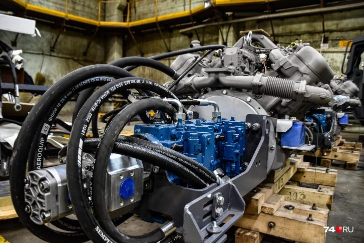 Насосы (синие) пристыкованы к двигателю: они создают давление в гидросистеме