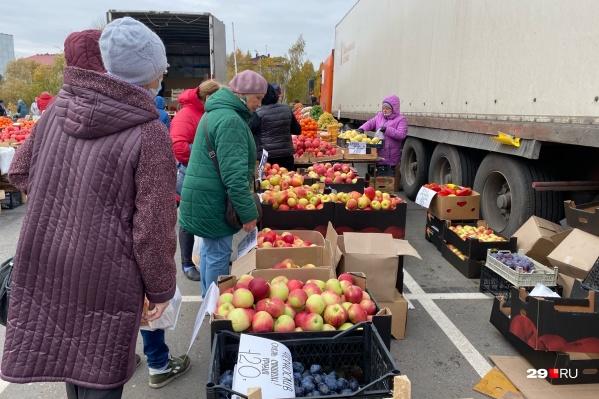 Интерес к яблокам у пенсионеров. А вы за чем ходите на Маргаритинку?