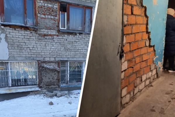 """Женщина рассказала, что в этом разваливающемся доме живут ее родители. Дом построен в <nobr class=""""_"""">1975 году</nobr> и, по данным сайта «Реформа ЖКХ», не признан аварийным"""
