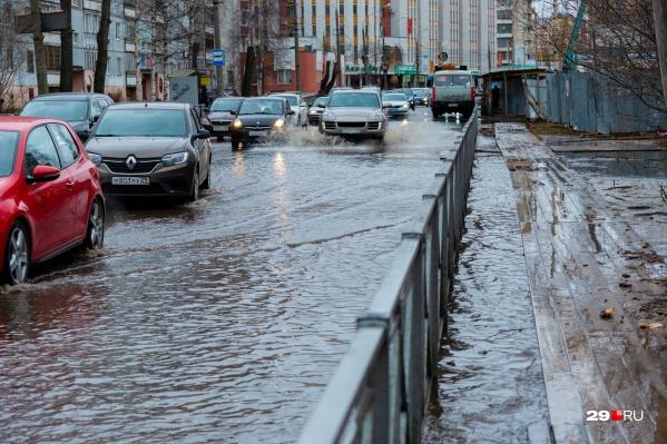 Вода затопила проспект Ломоносова и добралась до Поморской