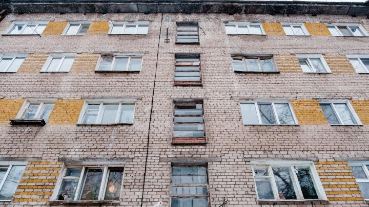 В Краснокамске два мальчика выпали с пятого этажа во время игры в прятки. Один ребенок погиб