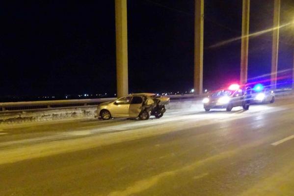 Об аварии в полицию сообщили около четырех часов утра. Предполагаемый виновник ДТП покинул место происшествия, пока нашли только его машину