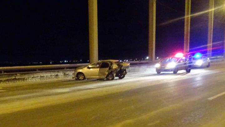 Полиция разыскивает водителя иномарки, который скрылся ночью с Краснофлотского моста после ДТП