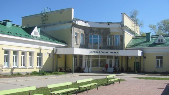 В Новодвинске оштрафовали подрядчика, который не отремонтировал крышу детской поликлиники в срок
