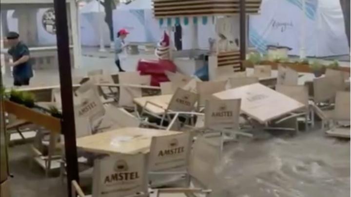 Мезоциклон пришел в Геленджик: в городе включили сирены, центр обесточили