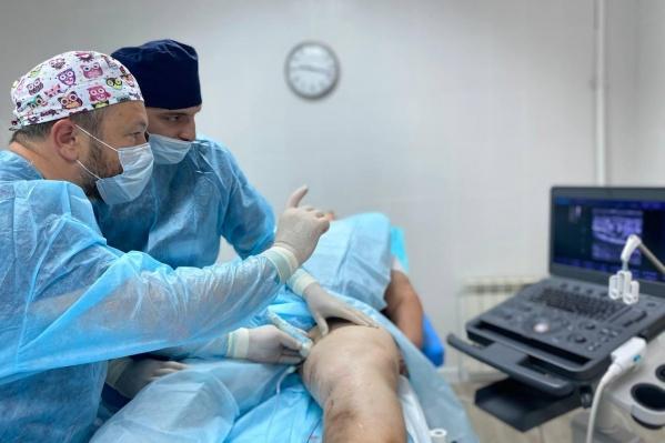 Каждый врач-флеболог клиники «Варикоза нет» на Халтуринском, 63 в день принимает около 10 пациентов и проводит в среднем по 5 операций