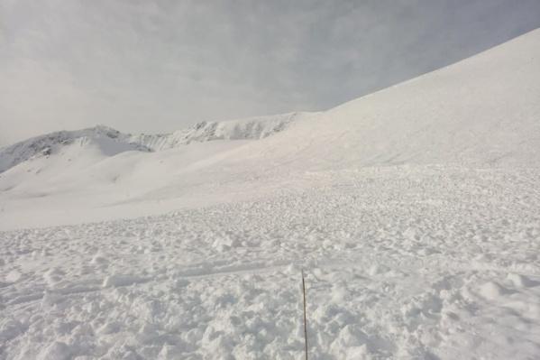 Эту фотографию сделали следователи, когда прибыли на место ЧП. На фото последствия схода лавины