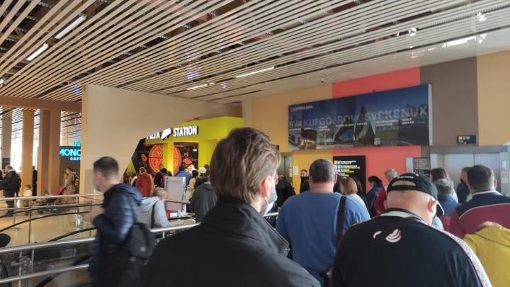 В аэропорту Кольцово выстроились огромные очереди из желающих улететь