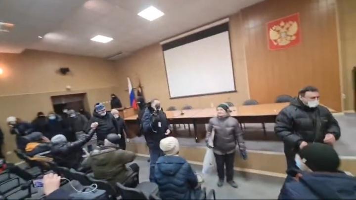 «Свободы некоторым пришлось ждать более 7 часов»: адвокат задержанных на площади Ленина объяснил, что произошло
