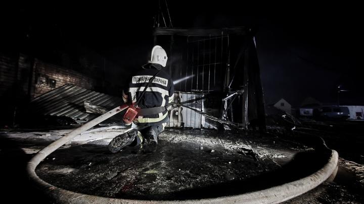 В ночном пожаре под Волгоградом погиб человек