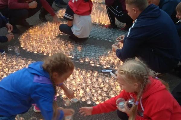 Свечи зажигали взрослые, расставляли дети