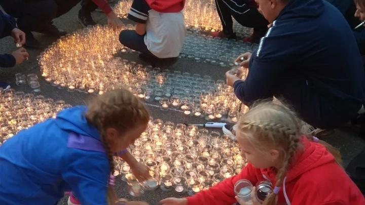 «Мурашки по коже»: в школе Красноярска зажгли три тысячи свечей в память о теракте в Беслане