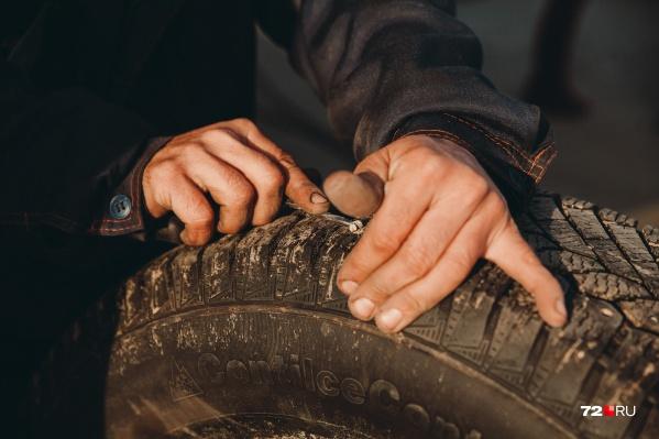 Директор купил шины для нужд УК, но не учел, что они больше подходят его личному автомобилю, чем служебным машинам