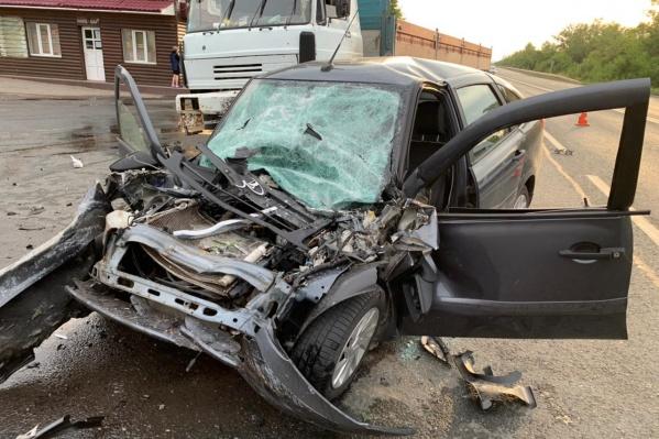 Водитель легковушки погиб на месте