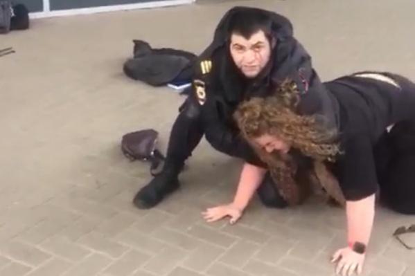 Полицейский пытался задержать девушку после того, как она ударила его