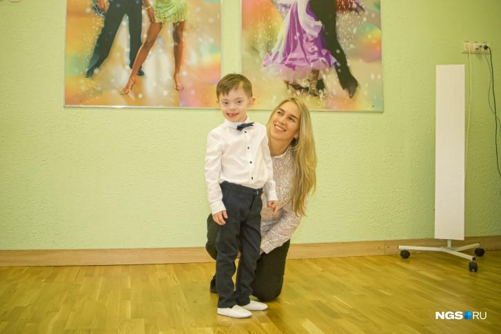 Олеся говорит, что танцы помогают ее сыну научиться лучше управлять своим телом
