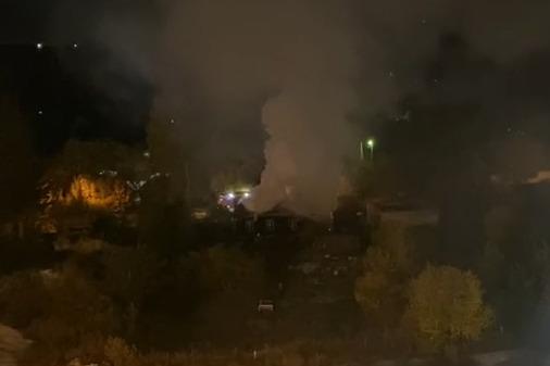 На Уралмаше горит частный дом. Видео