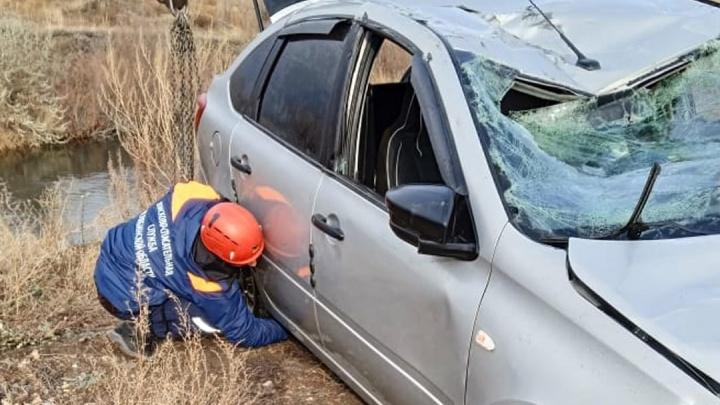 Спасатели показали, как вытаскивали из реки «Ладу», сорвавшуюся с моста в Магнитогорске