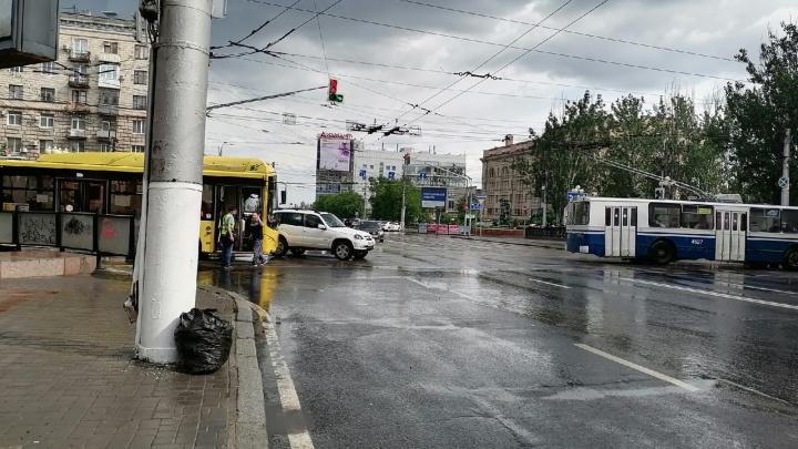 На проклятом перекрестке в центре Волгограда внедорожник подбил рейсовый автобус