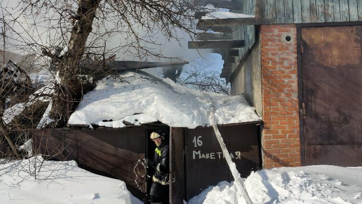 В Дзержинском районе Новосибирска загорелся частный дом — погиб мужчина