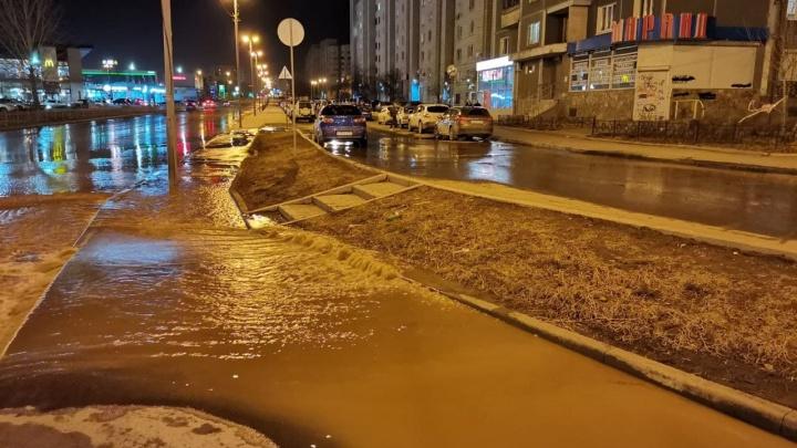 «Подрядная организация повредила трубу»: в Екатеринбурге по дороге разлилась коммунальная река