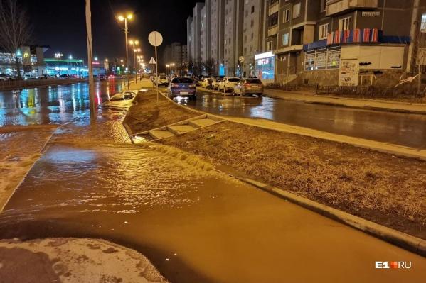 Вода залила тротуар и проезжую часть