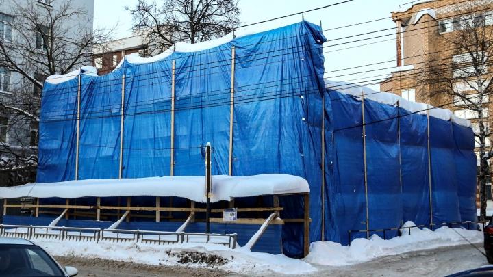 NN.RU отвечает: почему снесли дом на улице Варварской, который должны реставрировать