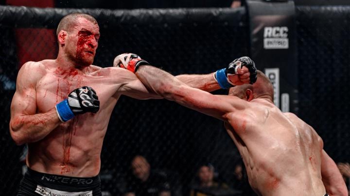 Кровавый бой, удушающие приемы и рубка кикбоксеров: как в Екатеринбурге прошел бойцовский турнир
