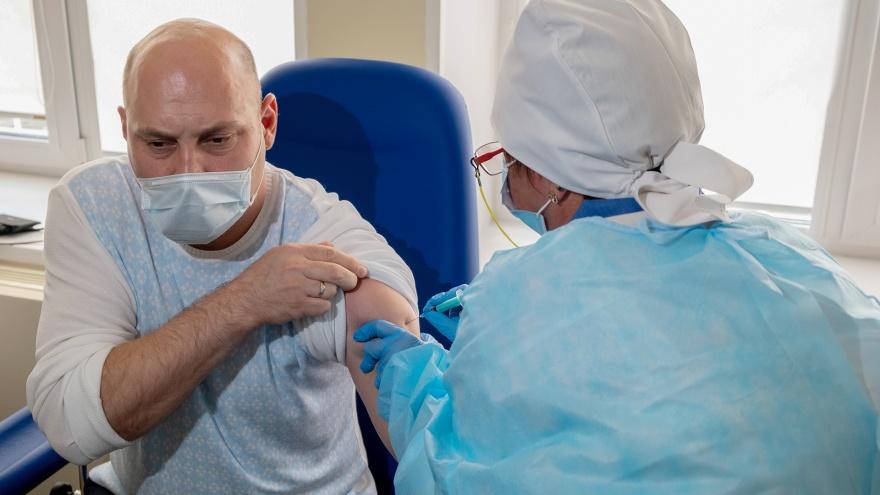 В Москве ввели обязательную вакцинацию от коронавируса для тех, кто работает с людьми