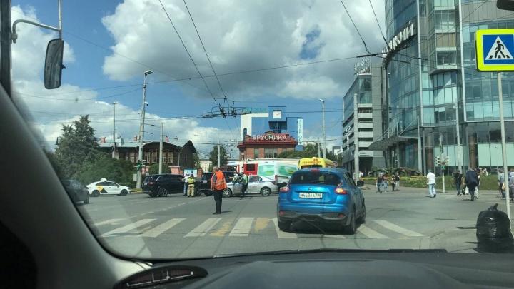 «Микроавтобус ехал на красный»: возле «Высоцкого» из-за ДТП выросла пробка