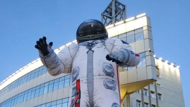 «Монтировали 10 часов»: в День космонавтики возле корпуса СФУ установили 17-метровую фигуру астронавта