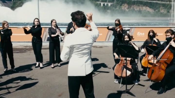 Согласования заняли две недели: оркестр филармонии сыграл на фоне водосброса Красноярской ГЭС