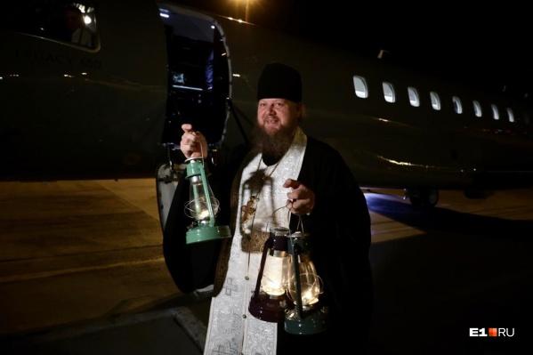 Борт с благодатным огнем приземлился в аэропорту уральской столицы