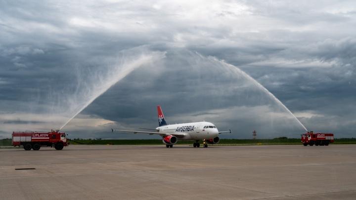 Платов встретил первый рейс из Белграда водной аркой