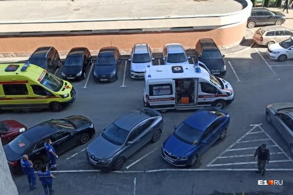 На место трагедии оперативно приехали машины скорой помощи и реанимации