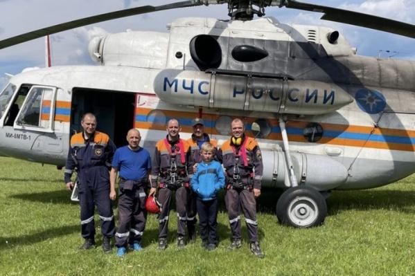 После того как Кирилла нашли, на вертолете спасателей его перевезли в Североуральск