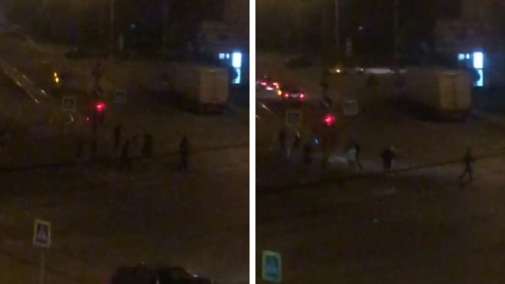 «Напали на каршеринговый автомобиль»: на Уралмаше восемь парней устроили драку посреди перекрестка