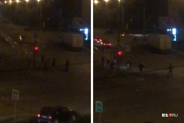 Перепалка началась на тротуаре, но затем участники конфликта выбежали на дорогу